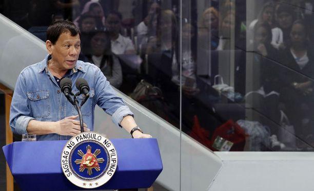 Presidentti Rodrigo Duterte ilmoitti heti valtaan noustuaan haluavansa, että filippiiniläiset huumekauppiaat tapetaan. Hän myös lupasi, ettei huumekauppiaiden tappajia tulla asettamaan syytteeseen.