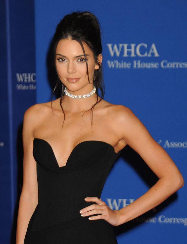 Kendall Jenner oli Valkoisen talon punaisen maton näyttävimpiä pukeutujia.