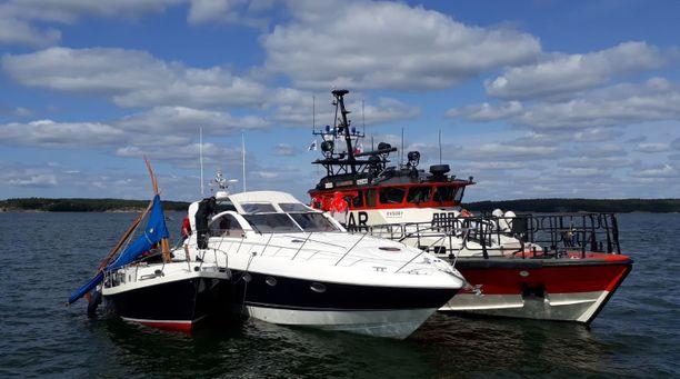 Kuvassa keskellä on onnettomuudessa osallisena ollut moottorivene. Kuvassa vasemmalla on purjevene, jossa olleet veljekset kuolivat onnettomuudessa.