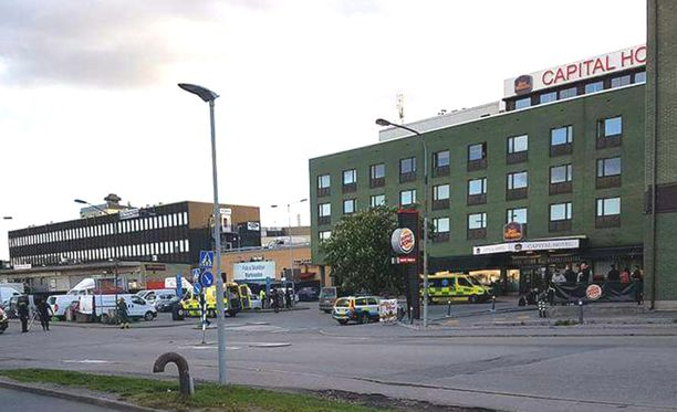 """Poliisi oli tutkimassa """"etsintäkuulutettua"""" autoa, kun kaksi miestä ryntäsi hotellista hänen kimppuunsa."""