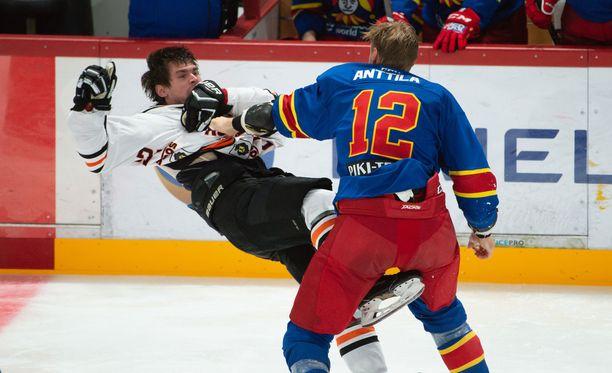 Marko Anttila teki Amurin Pavel Dedunoville selväksi, mitä ajatteli tämän taklauksesta Alex Grantiin.
