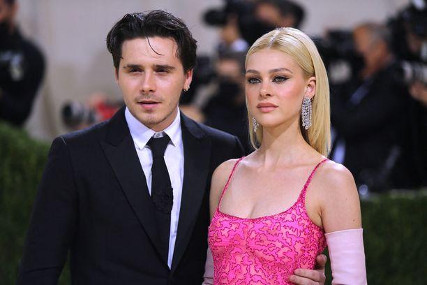 Brooklyn Beckham ja Nicola Peltz tiistaina järjestetyssä Met Galassa.
