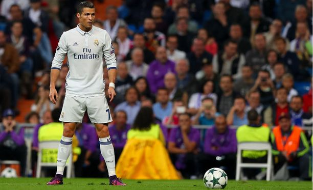 Cristiano Ronaldon leveä haara-asento on tuttu näky ennen miehen vapaapotkuja.