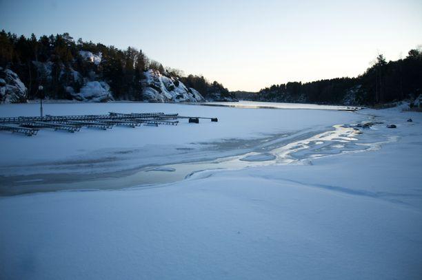 Heikoille jäille ei kannata mennä, varoittaa Suomenlahden merivartiosto. Kuvituskuva.