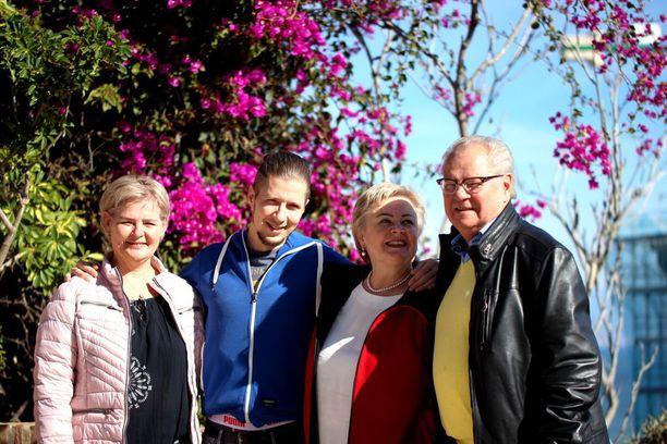 Rakkaustarina sai uuden alun yhteisen tyttären Jaana Liljeroosin (kuvassa vasemmalla) syntymäpäiväjuhlilta. Isovanhempien yhteen paluusta iloitsee myös Jaanan poika Mikko.