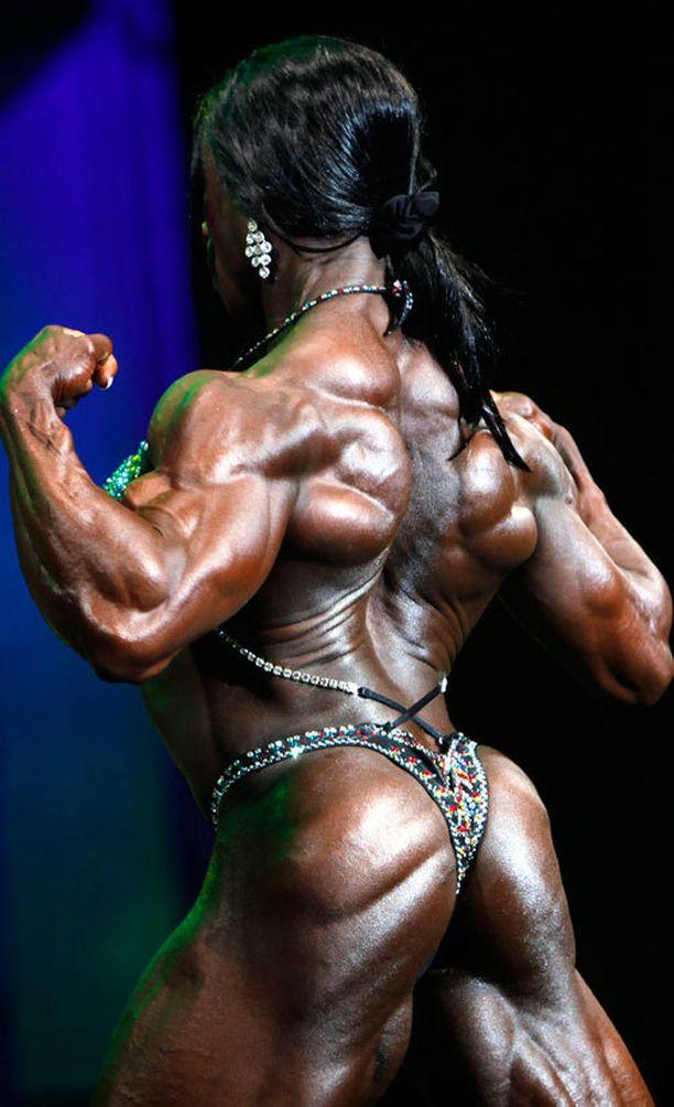 Iris Kylella riittää lihasta edessä ja takana.