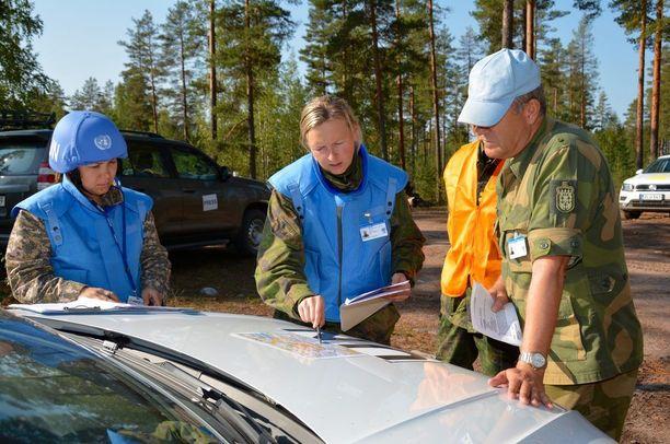 Kapteeni Anni Nummela (kesk.) ja luutnantti Aizhan Zhassuzakova selvittävät ruotsalaismajuri Sven-Kristian Lötveitille, mitä partiomatkalla tapahtui.