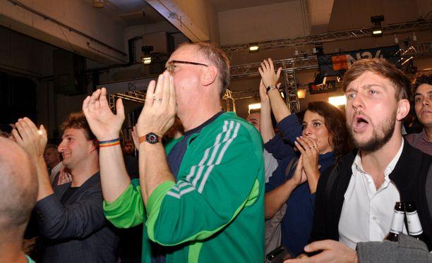 Vihreiden vaalinvalvojaisissa Berliinin Neuköllnissä riitti hurraa-huutoja, mutta myös buuaksia etenkin Vaihtoehto Saksalle (AfD) -puolueen menestykselle.