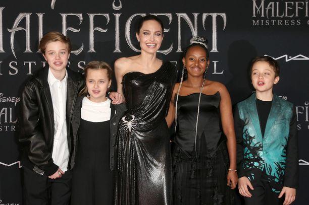 Angelina toi osan lapsistaan Pahatar 2 -elokuvan ensi-iltaan syyskuussa. Kuvassa Shiloh, Vivienne Angelina, Zahara ja Knox.
