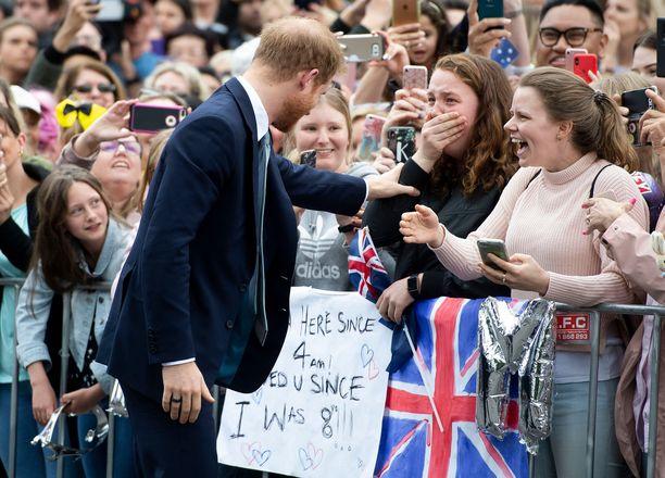 Tyttö innostui Harry nähdessään.