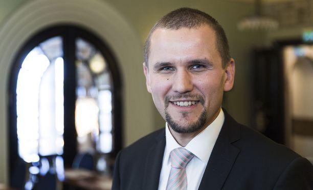 """Vuokraturva Oy:n hallituksen puheenjohtaja Timo Metsola uskoo, että keskisuurten kaupunkien osalta peli ei ole vielä menetetty. """"Tarvitaan kuitenkin päättäväisiä ja monipuolisia toimenpiteitä"""", hän sanoo."""
