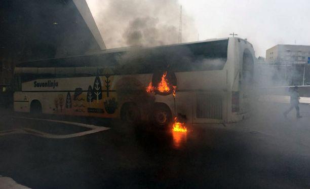Bussi vaurioitui tilanteessa pahoin.