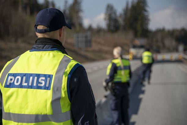 Poliisi valvoi Uudenmaan sulkupisteitä tarkkaan. Kuva Helsinki-Turku moottoritien pisteeltä.