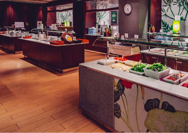 Kiireisimpään aikaan aamiasbuffetissa palvellaan jopa tuhatta asiakasta päivässä.
