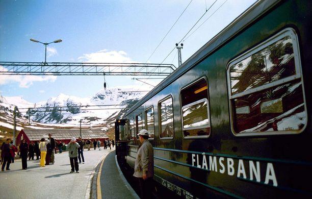 Flåmin radan juna sen toisella pääteasemalla, Myrdalissa. Sieltä matkaa voi jatkaa muuta junaverkkoa pitkin vaikkapa Osloon tai Bergeniin.