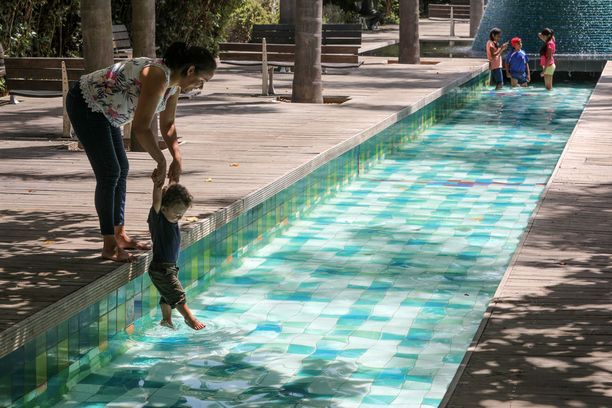 Äiti ja poika vilvoittelivat uima-altaassa Lissabonissa.
