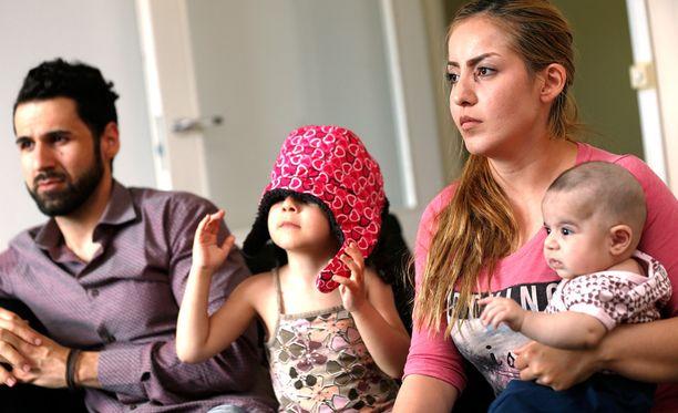 Julkisuuteen nousseessa tapauksessa irakilaisperheen isä Huner Ali Muhammed ja 3 kuukautta vanha tyttövauva Klara saavat jäädä Suomeen. Äiti Gashaw Khaleel Hamadia ja Suomessa syntynyttä 3-vuotiasta Sämä-tytärtä uhkaa käännytys takaisin.