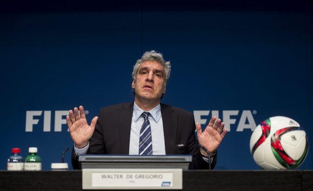 FIFA:n tiedottaja Walter de Gregorio elehti tiedotustilaisuudessa kuin Irakin entinen tiedotusministeri.