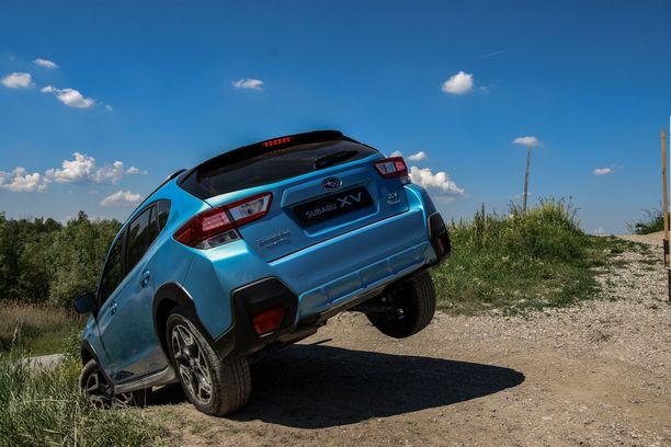 Subarun renkaanvaihtoasento. Kolmella pyörällä ja keula alaspäin suunnattuna ehti miettiä syntiä syviään ennen kuin päästi XV:n valumaan eteenpäin.