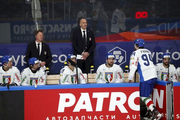 Italian päävalmentaja Giorgio De Bettin johtaa erikoista laumaa.