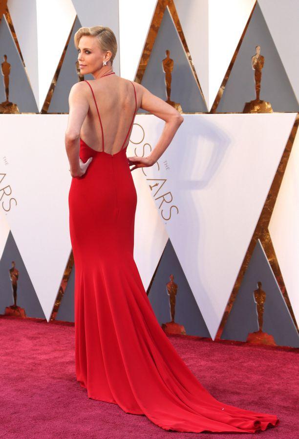 Charlize Theron ihastutti Diorin haute couture-luomuksessa, joka oli syväänuurrettu sekä edestä että takaa.