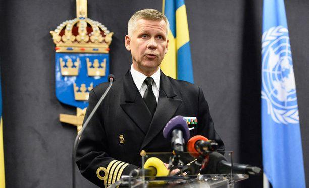 Merivoimien Jonas Wikström puhui perjantaina tiedotustilaisuudessa operaatiosta.