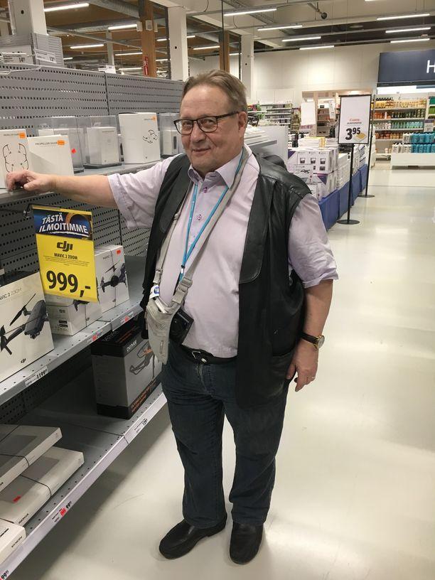 Jorma Sepponen syynää aina tarkasti Tuurin kyläkaupan viikottaiset tarjoukset.