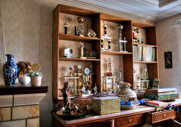 Veltmannin suosikkihuoneesta löytyi palkintopokaalien täyttämä kirjahylly.