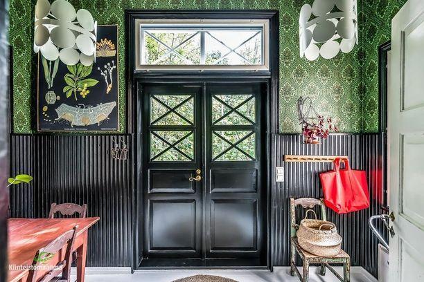 Kodeissa nähdään nyt mustia listoja ja ikkunanpuitteita, miksei oviakin. Näin upea tuli kodin sisäänkäynnistä, kun musta ovi yhdistettiin näyttävään tapettiin.