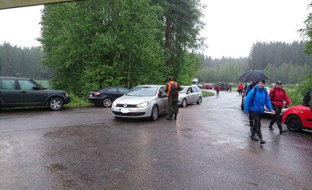 Teiden varsille pysäköidyt autot vaikeuttavat ja joissakin paikoissa jopa estävät linja-autojen kulkemista.