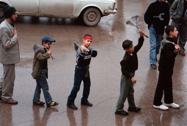 Iranin pyhimmässä kaupungissa Mashadissa jopa pikkupojat ruoskivat itseään uskonnollisessa kulkueessa.