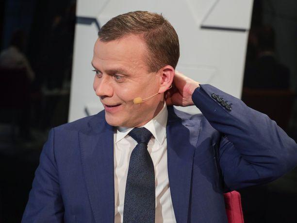 Flunssainen Petteri Orpo jätti päivällä Akavan puheenjohtajatentin väliin, mutta kykeni illaksi Ylen henkilökohtaiseen haastatteluun.