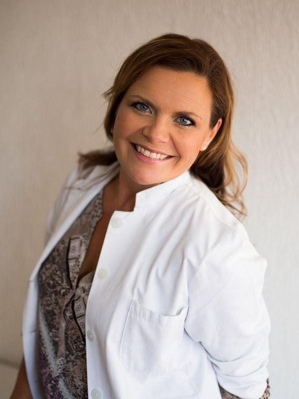 Naistentauteihin erikoistuvan lääkäri Emilia Huvisen väittelee 19.10. raskaudenajan elintapamuutosten vaikutuksista.