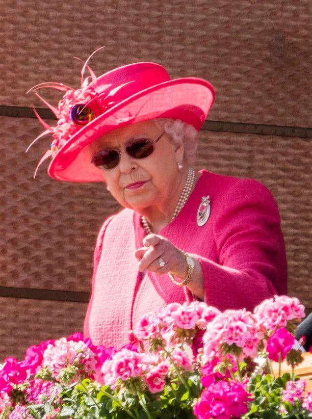 Kuningatar Elisabet käyttää aurinkolaseja vain terveydellisistä syistä. Hänet kuvattiin laseissa silmäleikkauksen jälkeen.