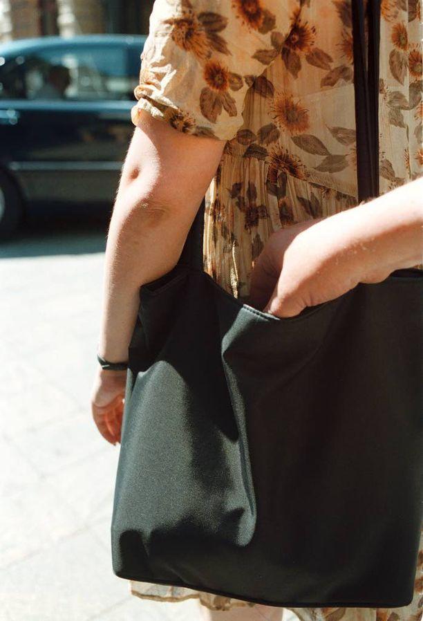 Taskuvarkauden uhriksi voi joutua pankkiautomaatilla. Kuvituskuva.