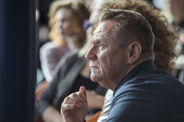 Olli Lindholm harmistui monista kohuista, joiden kohteeksi Yö-yhtye on joutunut. Hän on saanut itse niskaansa kohuista myös henkilökohtaisella tasolla.