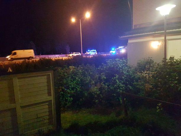 Miestä ajoi takaa useampi poliisipartio. Kuljettajan matka pysähtyi Helsingin Pihlajamäkeen.