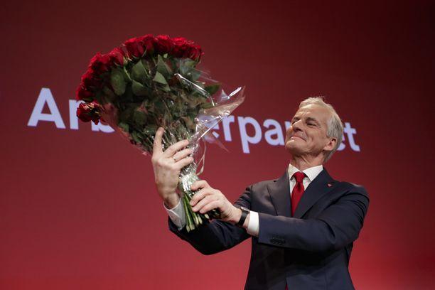 Työväenpuolueen johtaja Jonas Gahr Støre juhli suurimman puolueen paikkaa.
