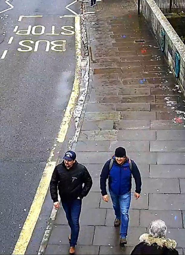 Epäillyt myrkyttäjät Ruslan Boshirov (vas.) ja Aleksandr Petrov kulkemassa Salisburyssa Fisherton Roadilla sunnuntaina, maaliskuun 4. päivänä kello 13.05.