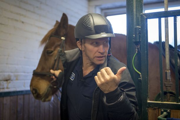 Aiemmin partiopäivänä Kossila haki talleilta ratsastettavakseen poliisin painavimman hevosen, yli 800-kiloisen Derkun.
