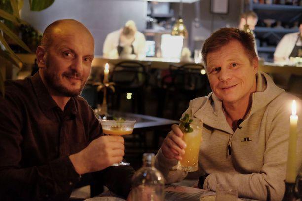 Hans Välimäki ja Mika Salo aterioivat illan jaksossa yhdessä.