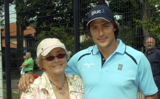 Liisa-äiti oli Teemu Selänteelle hyvin rakas. Kuva vuoden 2008 Bermudan kannu -tennisturnauksesta.