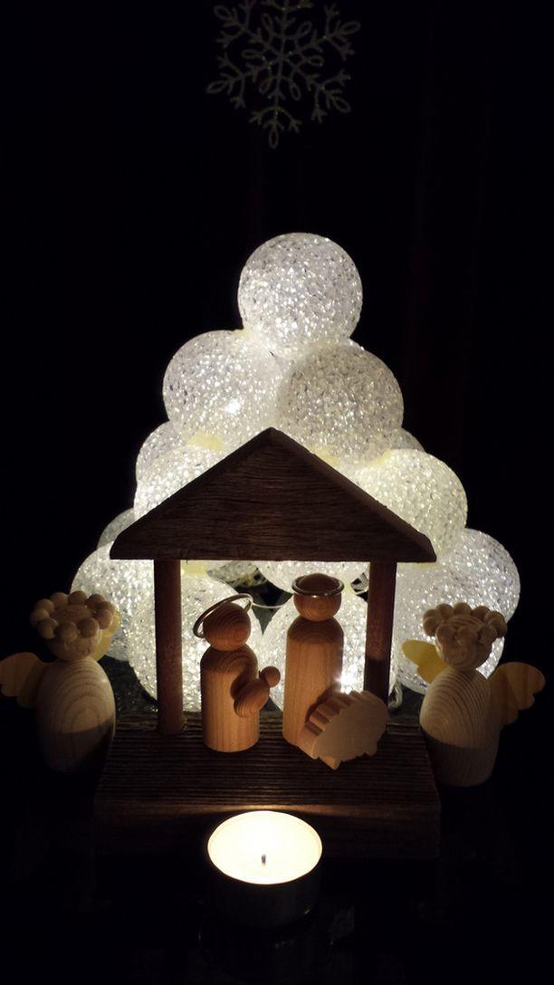 Jouluseimi lumilyhdyn valossa.