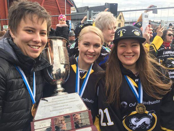 Päävalmentaja Mira Kuisma sekä pelaajat Isa Rahunen ja Camilla Reinikainen poseerasivat naisten liigan mestaruuspystin kanssa.