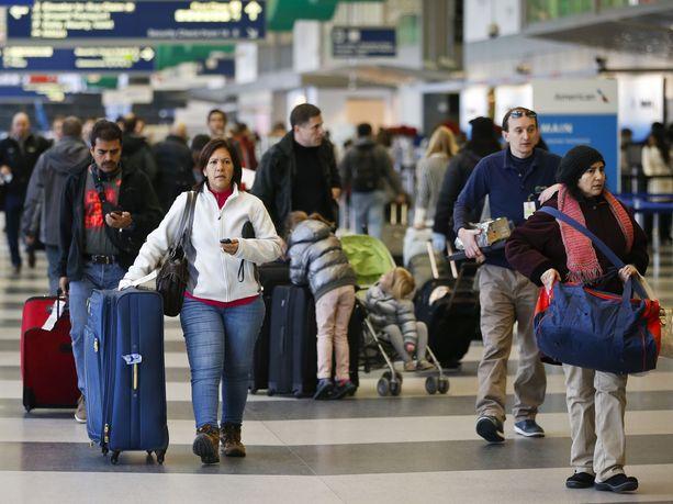 Rahtiruumaan sammunut matkalaukkujen pakkaaja päätyi Chicagon O'Haren lentokentälle.