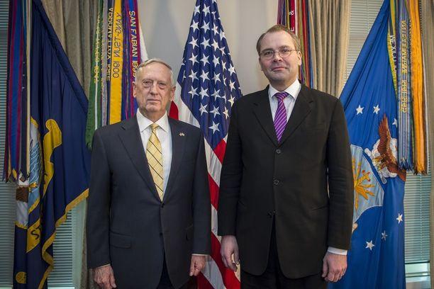 Yhdysvaltain puolustusministeri James Mattis ja Suomen puolustusministeri Jussi Niinistö tapasivat keväällä Pentagonissa. Maanantaina Mattis saapuu Suomeen Niinistön isännöimään puolustusministerikokoukseen.