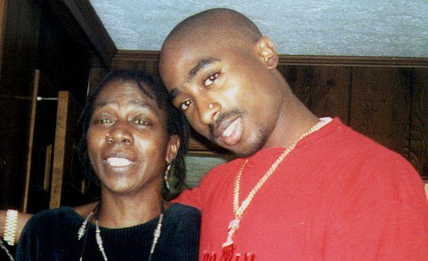 Tupac äitinsä Afeni Shakurin kanssa.