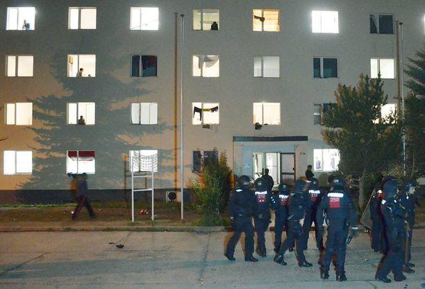 Suhlissa turvapaikanhakijat tappelivat tiistaina niin, että 11 ihmistä loukkaantui ja 15 pidätettiin.