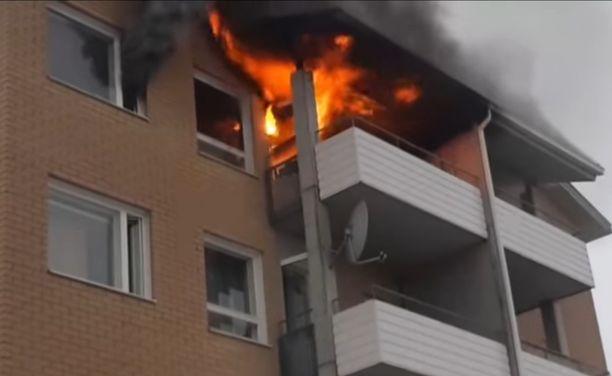 Poliisi kertoo, että pelastuslaitoksen saavuttua paikalle huoneisto oli täyden palon vaiheessa.