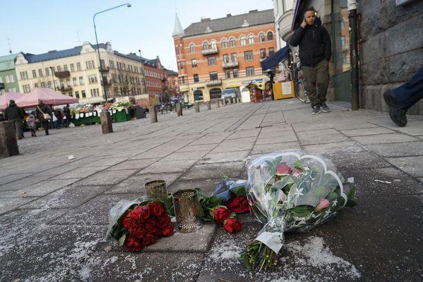 Ampumispaikalle Malmössä on tuotu kukkia.